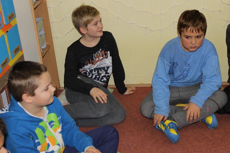 Roboty mohly ovládat děti v louňovické škole.