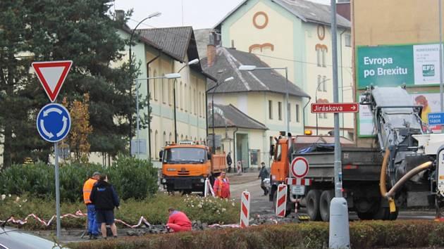 Frézování asfaltu na kruhovém objezdu u pivovaru začalo v pondělí 24. října dopoledne.