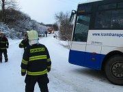 Linkový autobus uvízl v zatáčce nad osadou Mstětice u Maršovic.