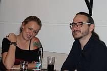 Příjemné setkání se dvěma vzácnými hosty připravilo Gymnázium Benešov. Do kavárny Na slovíčko zavítali Jakub a Lenka Szántó, novinářka a scenáristka a její manžel, reportér pro ČT z Blízkého východu.