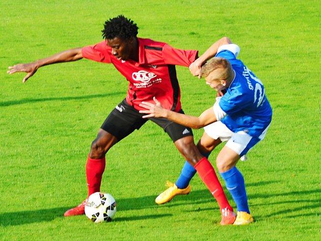 Martin Nový (v modrém), autor prvního gólu, bojuje o míč s Ibrahimem Benjaminem Traorem.