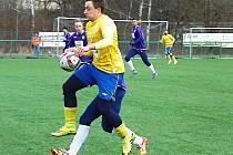 Luboš Balata (ve žlutém) se trefil dvakrát během chvilky do sítě Vykáně a přispěl tak k vysoké výhře 8:1.