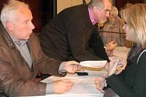 Starosta Benešova Jaroslav Hlavnička (vlevo) při diskusi na téma privatizace bytů.