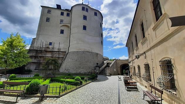 Hladomorna a nádvoří hradu Český Šternberk.