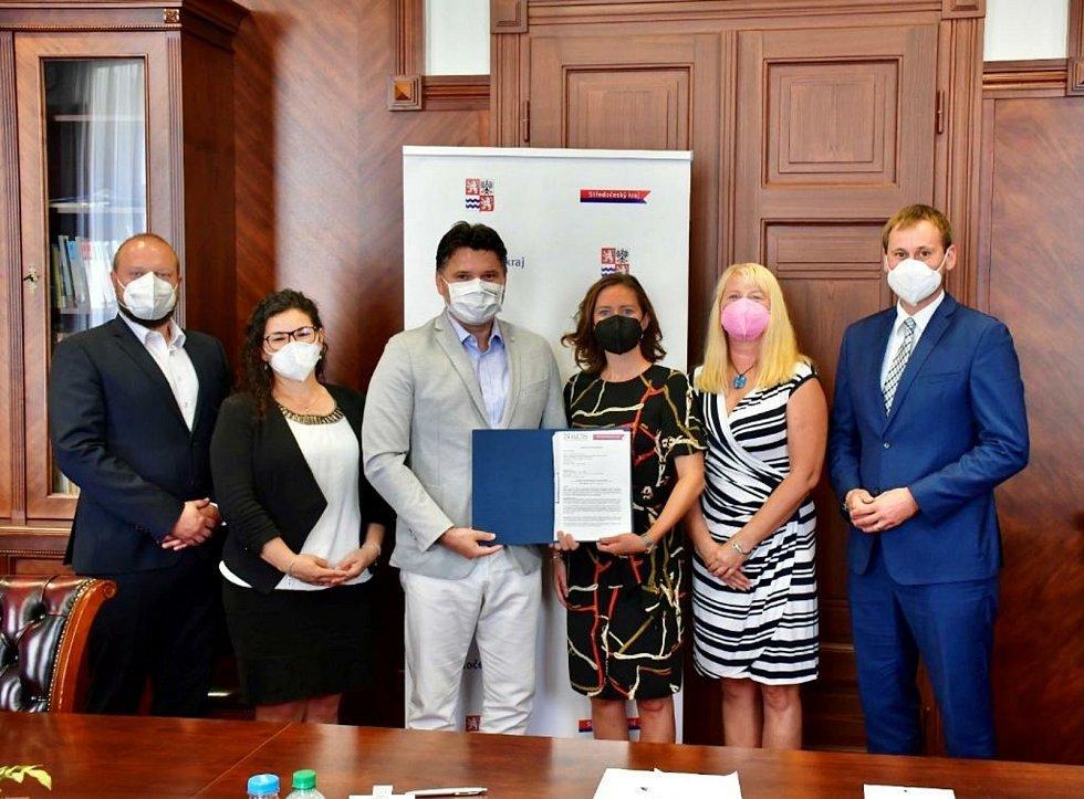 Podepsání memoranda. Dohoda o součinnosti mezi Středočeským krajem a Nadací rozvoje občanské společnosti má posílit dovednosti učňů a studentů.