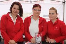 Zleva: Lenka Beržonová, zdravotní sestra a oblastní koordinátor zdravotní péče na Zručsku, vrchní sestra pro oblast Benešov Petra Bobková a terénní zdravotní sestra Michaela Gubišová.