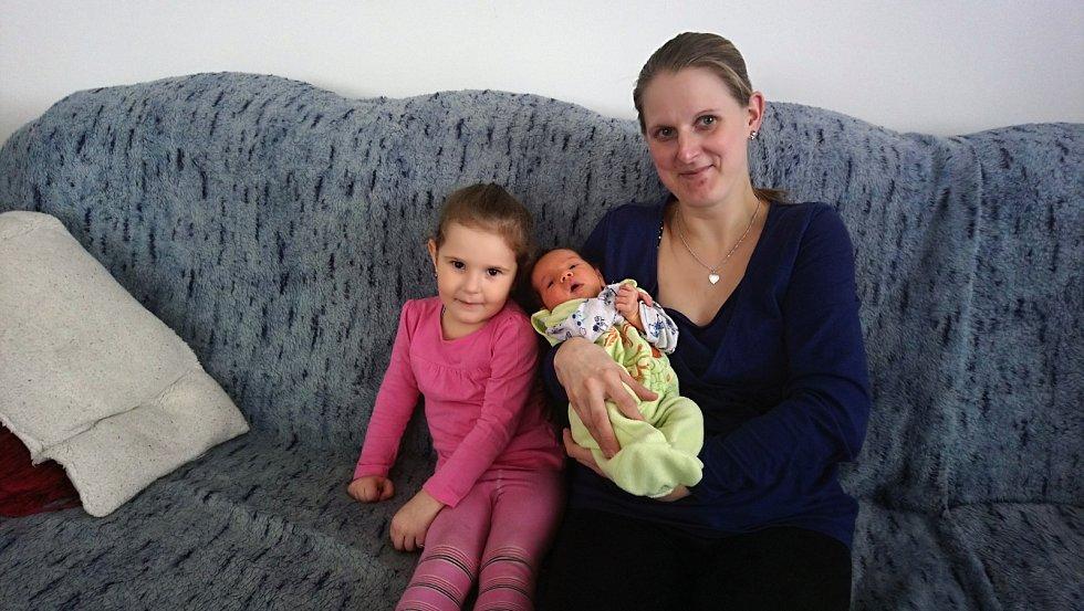 Malý Jakub Trenčinský se narodil 20. února v 8.38 manželům Veronice a Davidu Trenčinským. Při narození Kubík vážil 3 520 gramů a  měřil 52 centimetrů. Doma v Bukové Lhotě na bratra čekala Adélka (2).