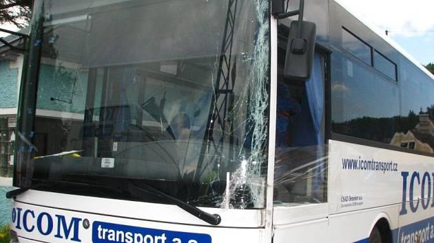 """""""Z nákladního vozidla s hydraulickou rukou se vysunula v zatáčce stojna a zasáhla protijedoucí autobus do čelního a bočního skla,"""" uvedla mluvčí benešovské policie Zuzana Stránská"""