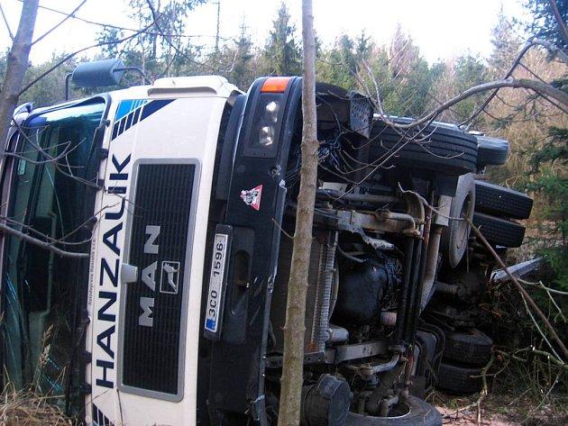 Podle informací z místa nehody se převrátil kamion poté, co sjel ve stoupání od Votic k Miličínu mimo silnici