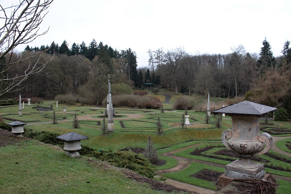 Z Růžové zahrady v zámeckém parku na Konopišti.