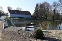 Velký rybník v Kozmicích byl odbahněn a byly ukončeny stavební úpravy na něm.