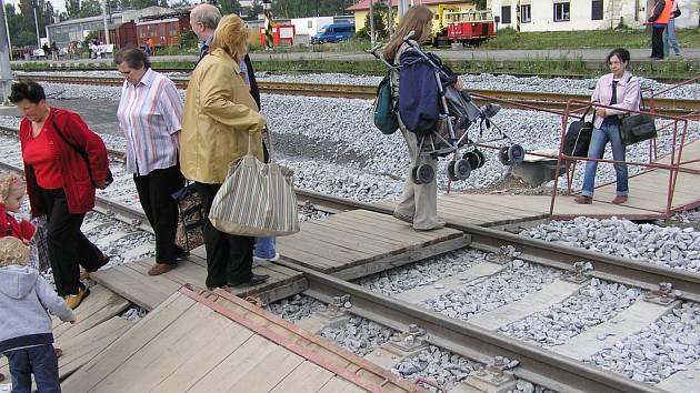 Potíže chodců na benešovském nádraží.