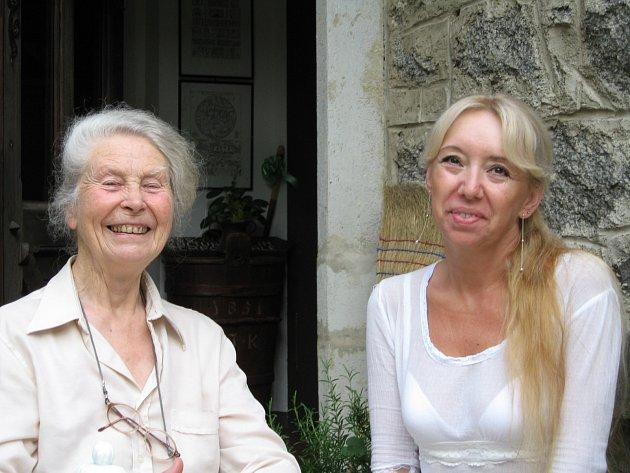 Alena Jakoubková celý život žije mezi knihami. Znát ji mohou především čtenářky. Spisovatelka, která pobývá především vNeveklově, patří totiž mezi nejpůjčovanější autorky tuzemských knihoven.