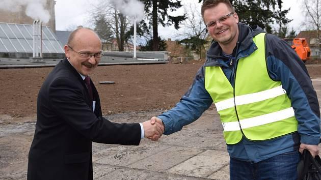 Důležitá oprava havarijního stavu střechy výměníkové stanice číslo 1 je letos první dokončenou investicí v Nemocnici Rudolfa a Stefanie. Foto: Petr Ballek