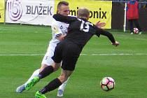 Vlašimský Milan Kadlec (v bílém), jenž zažil ve vlašimském dresu premiéru v základní sestavě, bránil prostějovského Davida Píchala.