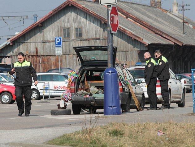 Práce benešovských strážníků v Nádražní ulici.