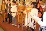 Školní akademii choceradské základní školy zahájily děti z mateřské školy.  Čtvrťáci zaujali povídáním o praotci Čechovi. Na Mikulášské akademii nesměli chybět čerti. Herecké výkony účinkujících se rodičům líbily a často je odměnili potleskem