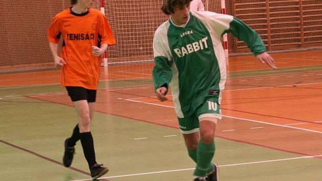 Adam Bartůšek z OTS Rabbit unikl Ondřeji Žižkovi z Tenisáků, kterého však protihráč moc nezajímal