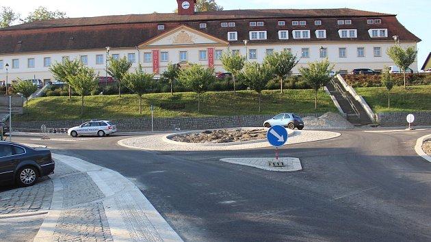 Kruhová křižovatka v Týnci nad Sázavou.