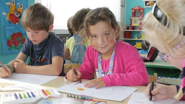 Prvňáčci ze ZŠ Jiráskova Benešov malovali svůj první den ve škole.