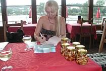 Alena Jakoubková celý život žije mezi knihami. Znát ji mohou především čtenářky. Spisovatelka, která pobývá především v Neveklově, patří totiž mezi nejpůjčovanější autorky tuzemských knihoven.