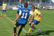 Vojta Balata (ve žlutém) musel ze zápasu s Táborskem odstoupit již ve 33. minutě pro natažený sval.