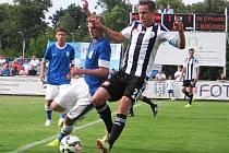 Českobudějovický Petr Donát si kryje míč před vlašimským Petrem Hronkem, kterého trenér Petržela o poločase stáhl ze hry.