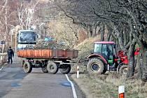 Odstraňování větrem zlomeného stromu ve Voticích.