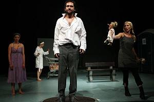 BIOMANŽELKA. Filip Čapka, v popředí, jako trýzněný mužský hrdina mezi dvěma ženami v divadelní adaptaci Vieweghova románu.