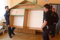 Například v Příbrami nábytek z mateřské školky před důkladným úklidem tříd vystěhovali dobrovolní hasiči.