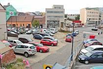 Divoké parkoviště Na Blátě v Benešově má nahradit parkoviště oficiální.