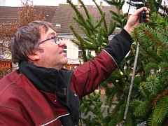 Zdobení vánočního stromu v Benešově mají na starosti elektrikáři TS Benešov. Jedním z nich je také Jaroslav Kučera, který jehličnan zdobí z vysokozdvižné plošiny.