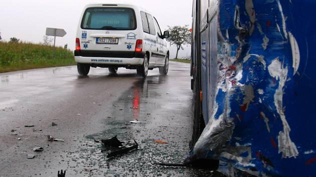 Do autobusu narazil osobní automobil