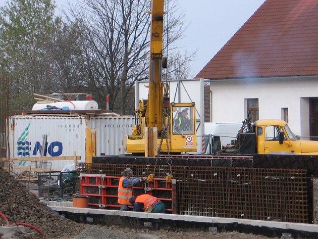 Aktuální stav přestavby nádraží v Olbramovicích a v Bystřici.