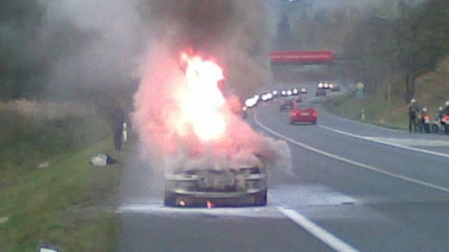 Požár osobní auta v neděli v podvečer ochromil provoz na I/3. Posádka vyvázla bez zranění