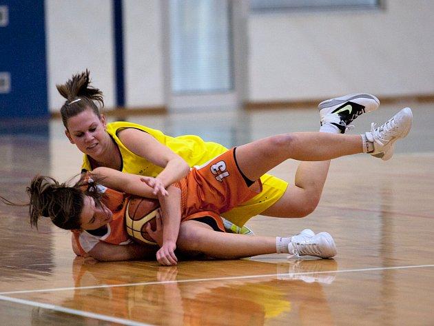 Benešovská Veronika Matějková se střetla v zápasnickém souboji o míč s olomouckou Michaelou Horákovou (u míče).