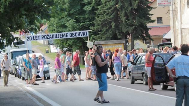 Olbramovičtí obyvatelé vloni koncem června pro urychlení stavby obchvatu zorganizovali protestní blokádu hlavní silnice.