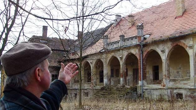Smutně pohlíží starosta Chotýšan Miroslav Budka na bývalou chloubu obce, zámek, který by dnes mohl sloužit spíš jako exteriér k hororu. Majitel i s úředníky jej nejspíš nechají spadnout