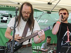Rockový festival Konopíšťský evergreen se konal u velkého parkoviště pod zámkem.