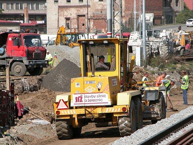 Nedávné intenzivní deště zkomplikovaly stavbařům  práce při úpravě pláně  pro nové koleje v Benešově