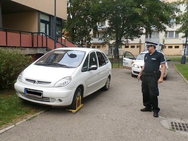 Řidičům, kteří zaparkují tam, kde nemají či nesmí, nebo stojí na placeném parkovišti bez zaplacení hrozí botička.