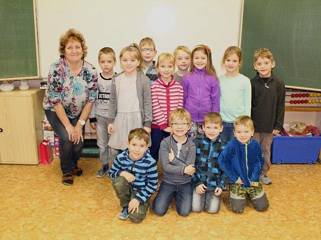 Žáci první třídy ze ZŠ Olbramovice střídní učitelkou Alenou Typtovou.