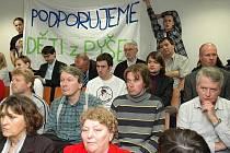 Na jednání středočeského krajského zastupitelstva v pondělí 30. listopadu 2009 zastupitelé obsáhle debatovali o budoucnosti dětského domova v Pyšelích na Benešovsku. Debatu o jeho případném stěhování do Chocerad odložili na příští jednání.