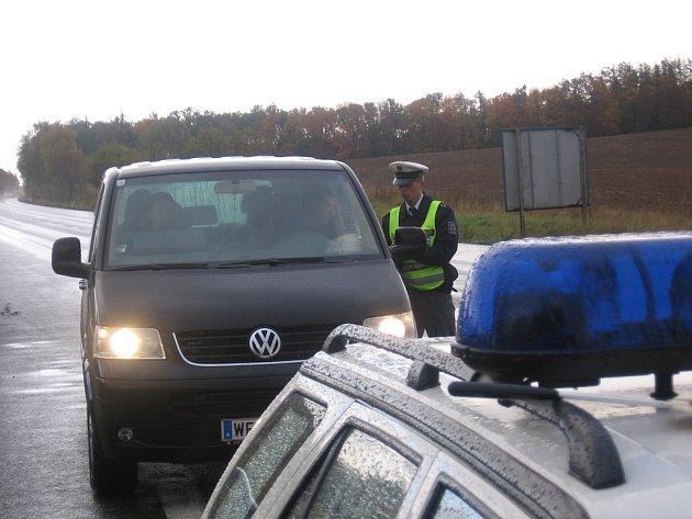 Radarem přistižený rakouský řidič se podivoval, že jsou dopraváci, na rozdíl od rakouských, při dešti venku
