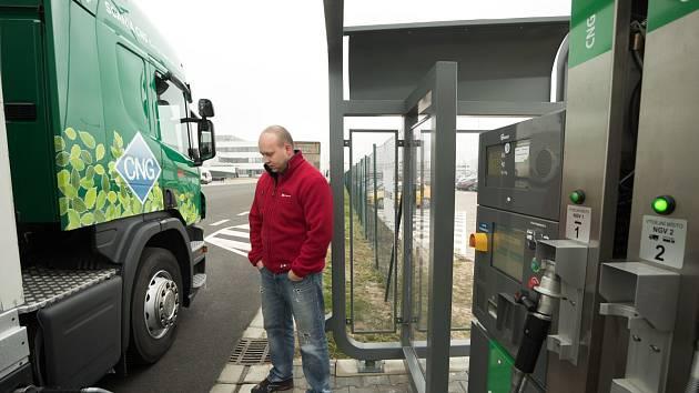 Stlačený zemní plyn neboli CNG se jako levnější palivo ohleduplné k životnímu prostředí prosazuje nejen ve firemních osobních autech, ale i v hromadné dopravě.