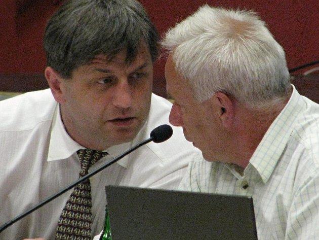 Jaroslav Hlavnička (vpravo) a Roman Tichovský (vlevo) se domluvili. Pracoviště budou i nadále mít na adrese Masarykovo náměstí 100.