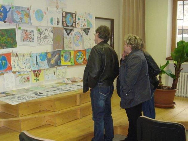 Výstava na téma Děti Země potrvá až do 17. května 2013.