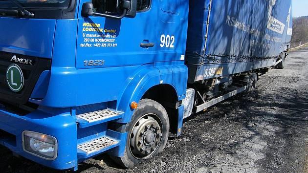 Silnice nevyhržela pod koly kamionu.