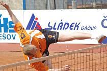 Benešovský Miroslav Stupka zvládl svůj premiérový start v nohejbalové extralize mazácky.