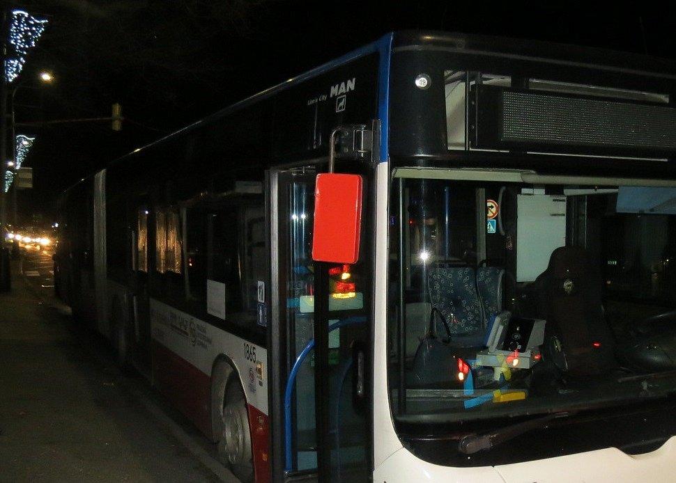 Policie hledá svědky nehody linkového autobusu.